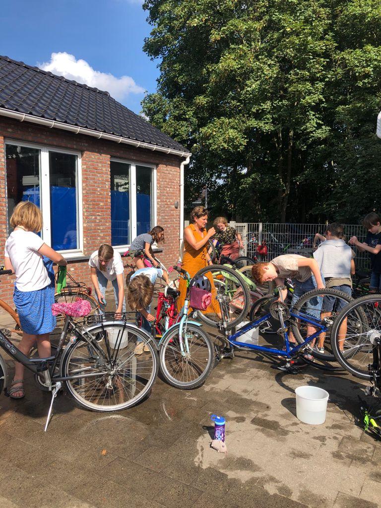 Fietsen wassen op de Strapdag 2021 - De Ark, Battel